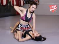 《Fight Candy》第32期:美女遭按地袭胸 剪刀脚逃脱反制