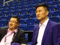 杜峰现身观战劳动银行训练 边看边点评目不转睛
