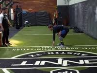 大学橄榄球精英全力备战NFL选秀 从此开启梦想之旅