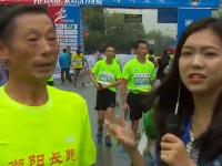 现场记者半马终点寻访63岁老大爷 直言作为宜昌市民参赛非常开心