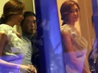 林志玲衣裙单薄倚窗边