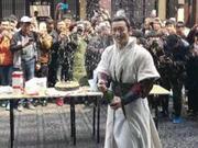 《琅琊榜2》黄晓明杀青 洒香槟吃蛋糕庆祝