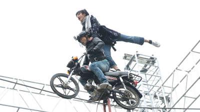 厉害了!田亮骑摩托走钢丝