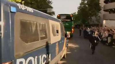 巴萨大巴遭人海围观 全景俯拍全武装警察开路气氛爆炸