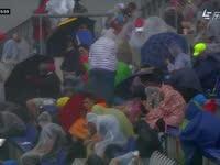 好大的风!F1奥地利站FP2 看台上风雨交加