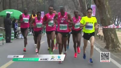 无锡马拉松李伟领跑中国选手 主持人建议多补水