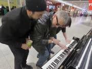 三个男子在伦敦机场即兴合奏钢琴 惊呆路人!