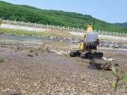 玩具车挖土机勇闯淤泥滩 挖掘机视频表演