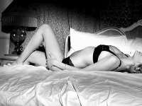 西甲宝贝床上半裸 蕾丝内衣半遮翘臀丝滑性感
