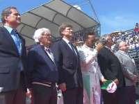 F1墨西哥站赛前国歌仪式:汉密尔顿站在大老板中间