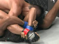 综合格斗版步步惊心 蟒蛇绞不成险被对手后背裸绞