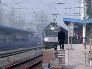 现场实拍:客车K352次进谷城火车站