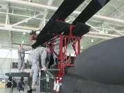 C17运输机空运阿帕奇直升机前的准备工作