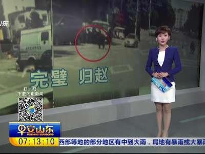 [视频]广西:现金撒落马路 众人帮忙捡回来