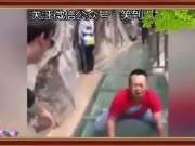 男子汉过玻璃桥笑死了