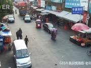 浙江女司机疯狂倒车 顶着三轮直撞货车