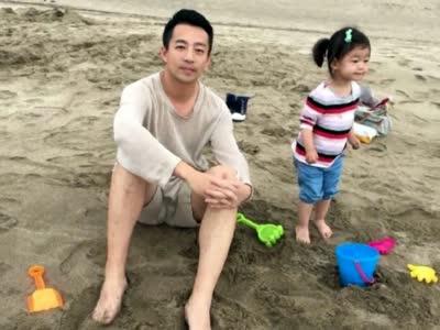 [视频]小玥儿与爸爸嬉戏 网友戏称绝对亲生