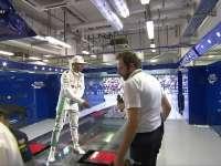 F1阿布扎比站排位赛赛后 前三名相互握个手