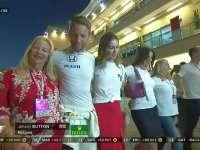 F1阿布扎比站正赛 巴顿和家人朋友走在围场中