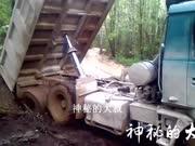实拍:重型卡车卸车时被困,老司机用巧劲脱困