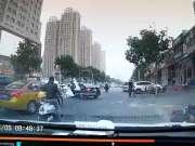 北京大风路人被坠物砸中 记录仪现场实拍画面