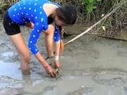 家里没肉吃了,柬埔寨媳妇水沟捉鱼来代替,收获满满