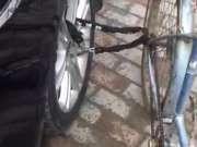 自行车锁汽车轮上…大爷醉酒返回,萌态笑尿生气车主