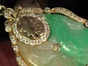 收藏时代--专家为你讲解鸾凤和鸣翡翠挂件的收藏价值到底有多高?