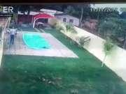 爱的战斗力!恶贼冲向妻子半途却突然跌入泳池
