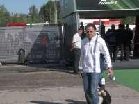 F1西班牙站花絮:马萨儿子骑行李箱被爹拖着走
