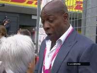 F1英国站正赛赛前:拳击手Frank Bruno与伯尼交谈