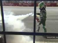 F1新加坡站经典 2010年科瓦莱宁跳出赛车充当消防员