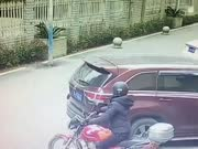 大胆小偷砸车窗 监控拍下全程