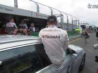 F1澳大利亚站排位赛后 汉密尔顿乘安全车庆祝