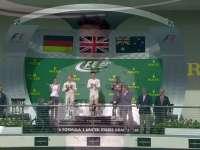 F1美国站正赛颁奖仪式:这次鞋里盛的是红牛