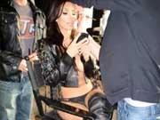 金-卡戴珊晒性感照 穿黑色皮革秀丰满身材