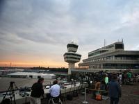 德国球迷云集广场待英雄回家 记者前往机场等候接机