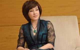 刘晓庆低胸蕾丝似少女 黄色短发显干练图片