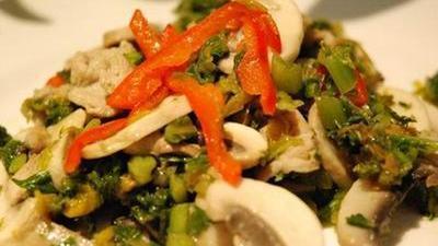 现场制作雪菜蘑菇肉片 经济实惠又美味