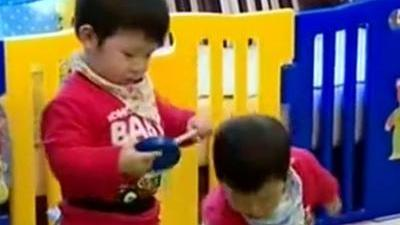 双胞胎兄弟喜欢争抢玩具 因为汤姆猫兄弟失和