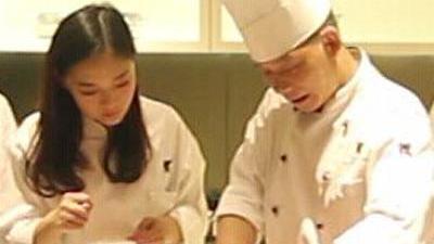 粤菜大厨教小伙伴做菜 学员想亲手为家人煮饭