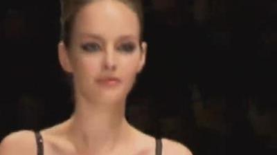 两块餐巾秀出女性性感身材 一场舞会引领穿衣风潮