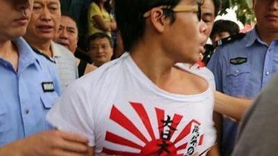 男子穿旭日旗登泰山惹众怒 学会用法律捍卫民族尊严
