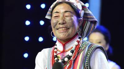 来自星星的脸神表情挑战极限 独龙族纹面女讲述古老习俗