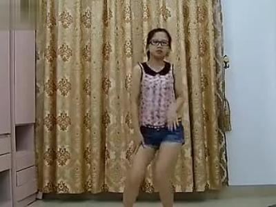鸡动自拍 清纯可爱小美女短裤 热舞不见面 超清