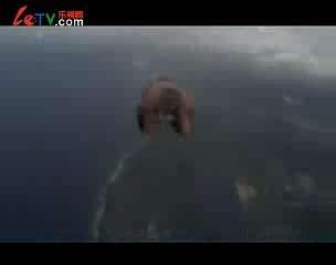 牛人不带降落伞跳飞机
