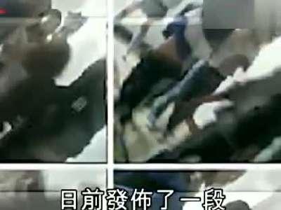 女厕所偷拍b毛_7女生脱光女同学暴打逼喝厕所水 4年后曝光