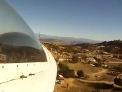 惊险!猛男驾飞机降落在乡村公路上