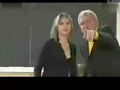 女老师上课讲台下被脱裙子 熊孩子你还有什么是不敢的呢