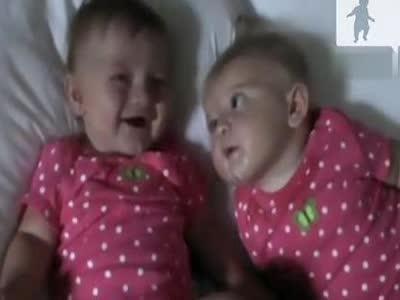 超可爱双胞胎姐姐卖萌妹妹笑成逗逼